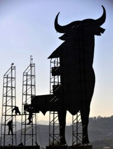 "Workers fix the ""Osborne bull"", a Spanish landmark, after it was damaged due to high winds in Santa Marina de Piedramuelle, near the northern Spanish city of Oviedo, March 17, 2009.  REUTERS/Eloy Alonso (SPAIN ENVIRONMENT SOCIETY) TELETIPOS_CORREO:WEA,WEA,%%%,%%%"