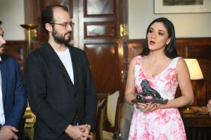 Jorge Luis y Nathaly Toledo recibiendo el premio